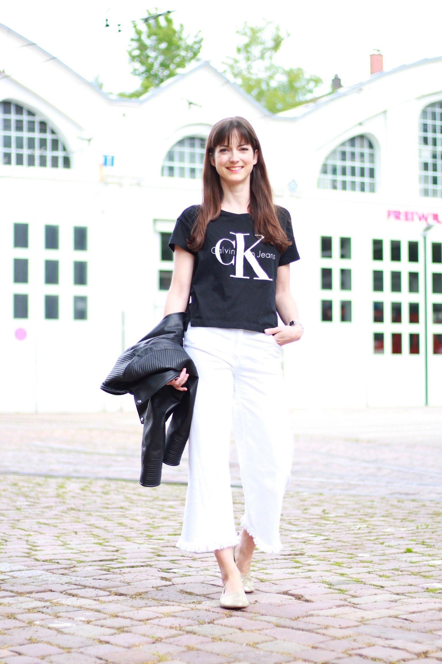 Ich trage mein neues Calvin Klein Shirt, goldene Ballerinas im Céline Stil, Lederjacke und weiße Culotte von Zara und meine Céline Trio Bag