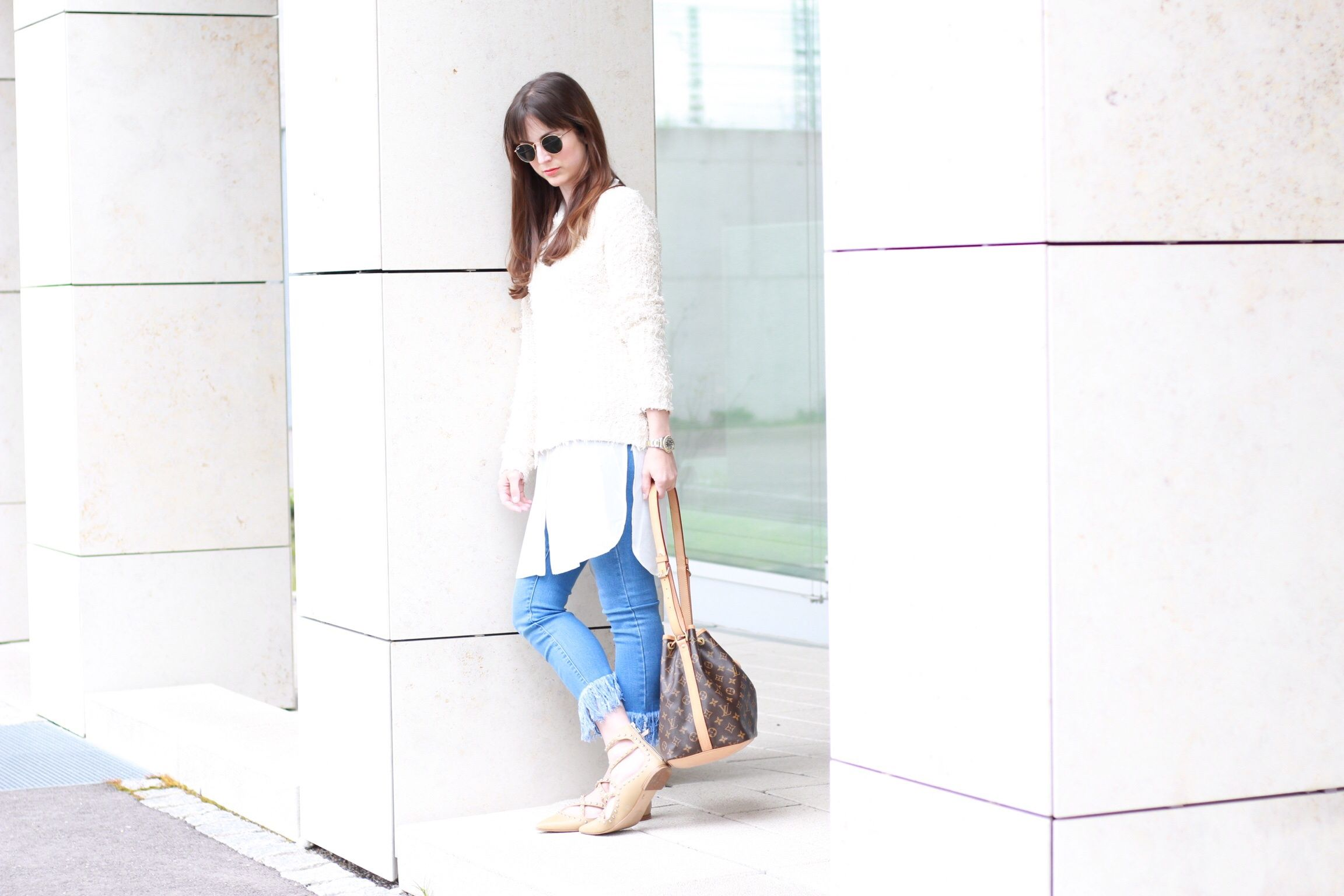 Meine neue Fringed Jeans kombiniere ich mit einem Kuschelpullover, Nietenballerinas und einer Longbluse sowie meiner Louis Vuitton Noe Bucket Bag und einer runden Sonnenbrille von Ray Ban