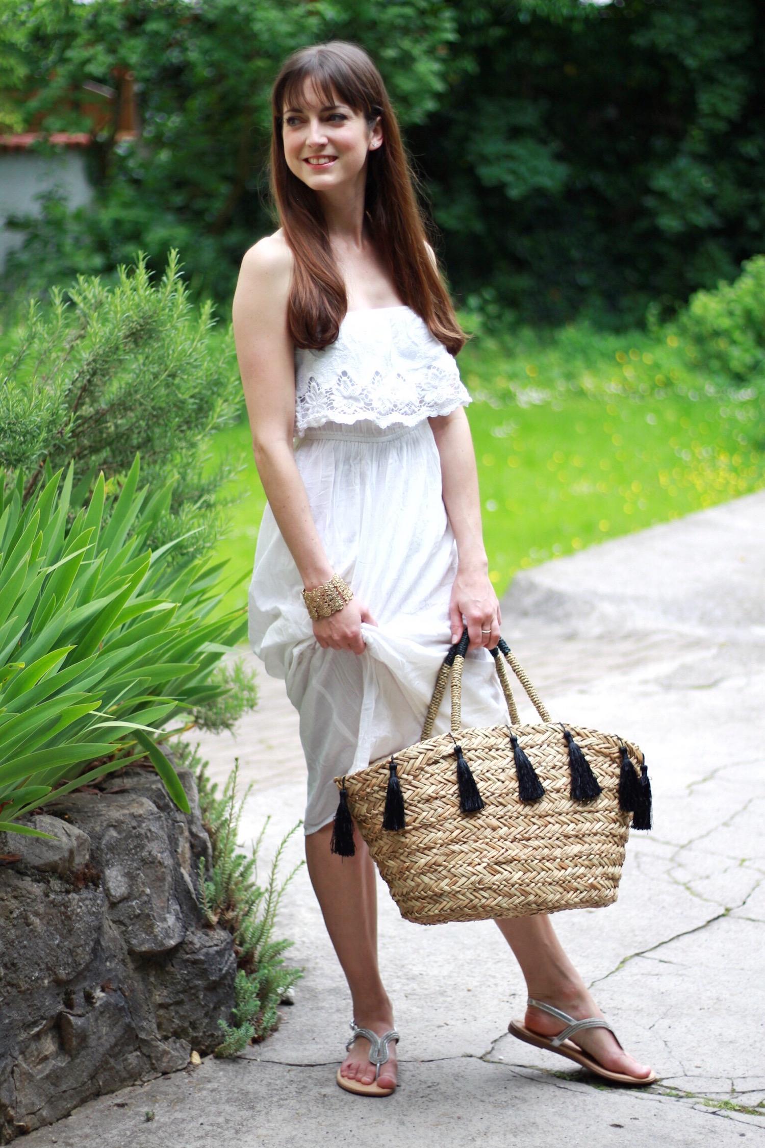 Blogger Outfit Boho Kleid mit Korbtasche und Sonnenhut