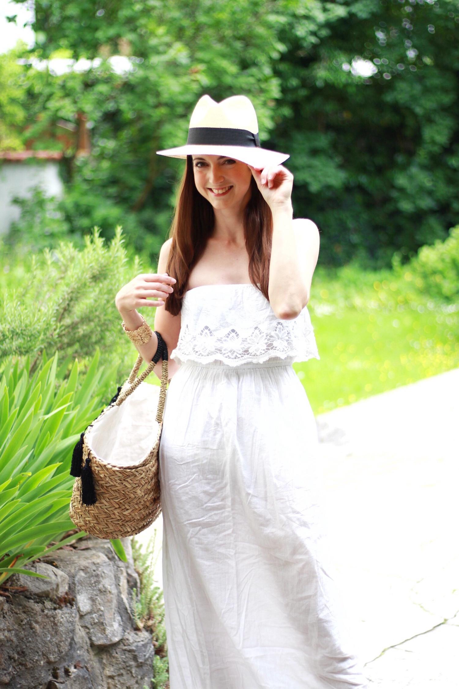 Modeblog Outfit mit Sommerkleid im Boho Stil Sonnenhut und Basttasche