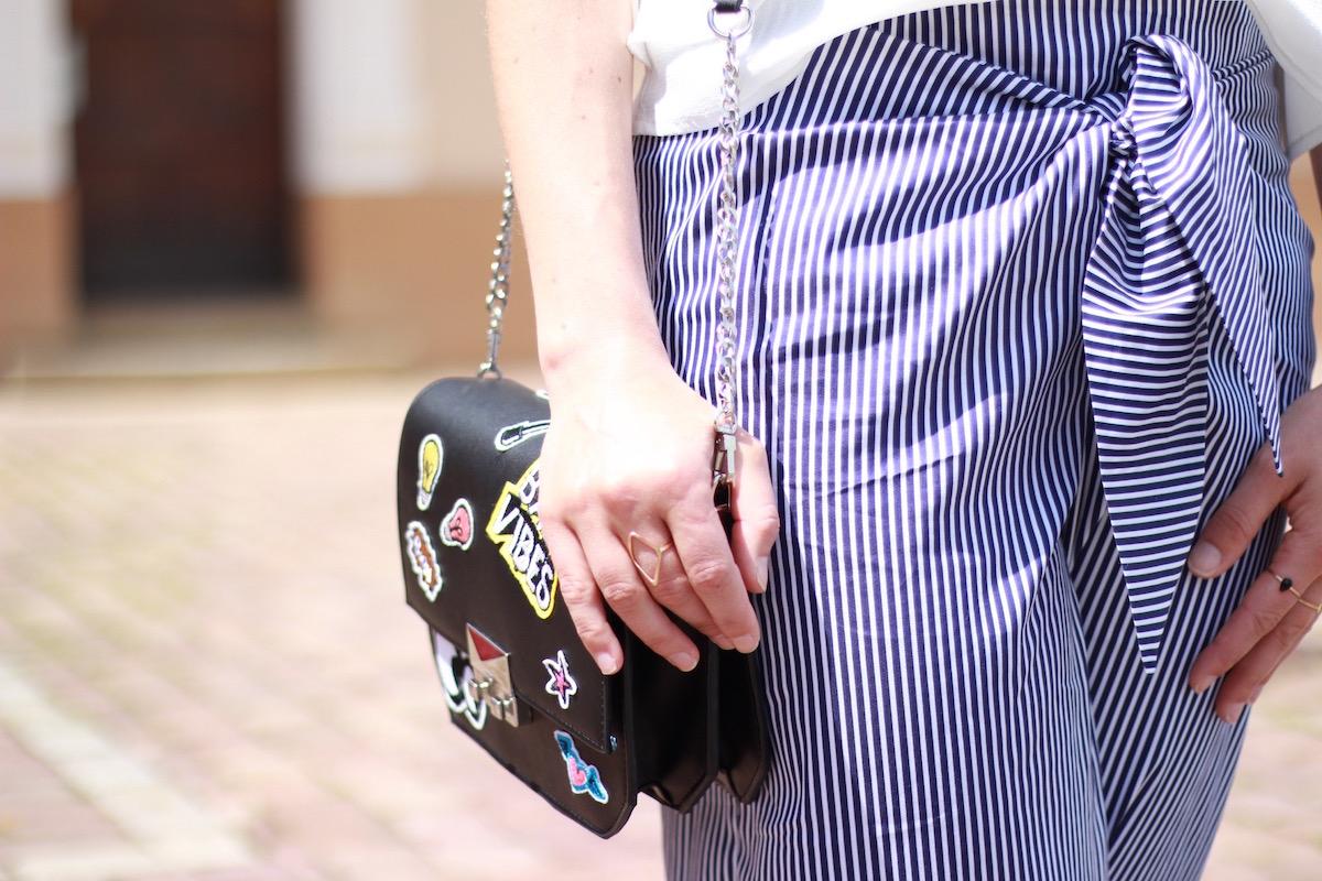 Outfitpost mit Chanel Two Tone Slingback Pumps Look Alikes, Streifen Hose, Patches Tasche und Cold Shoulder Bluse alles von Zara.