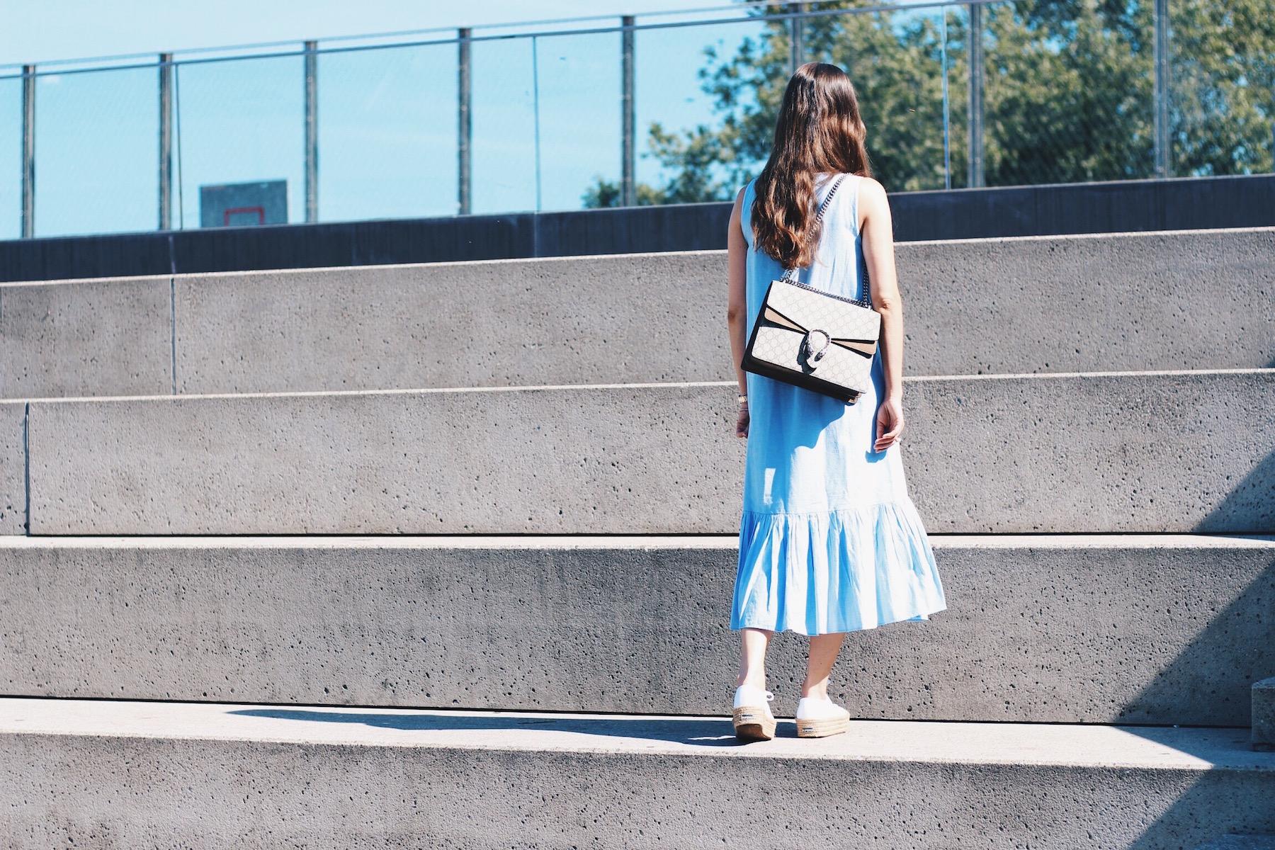 Maxikleid in hellblau von Zara kombiniert mit Gucci Dionysus Bag und Lederjacke sowie Supergas