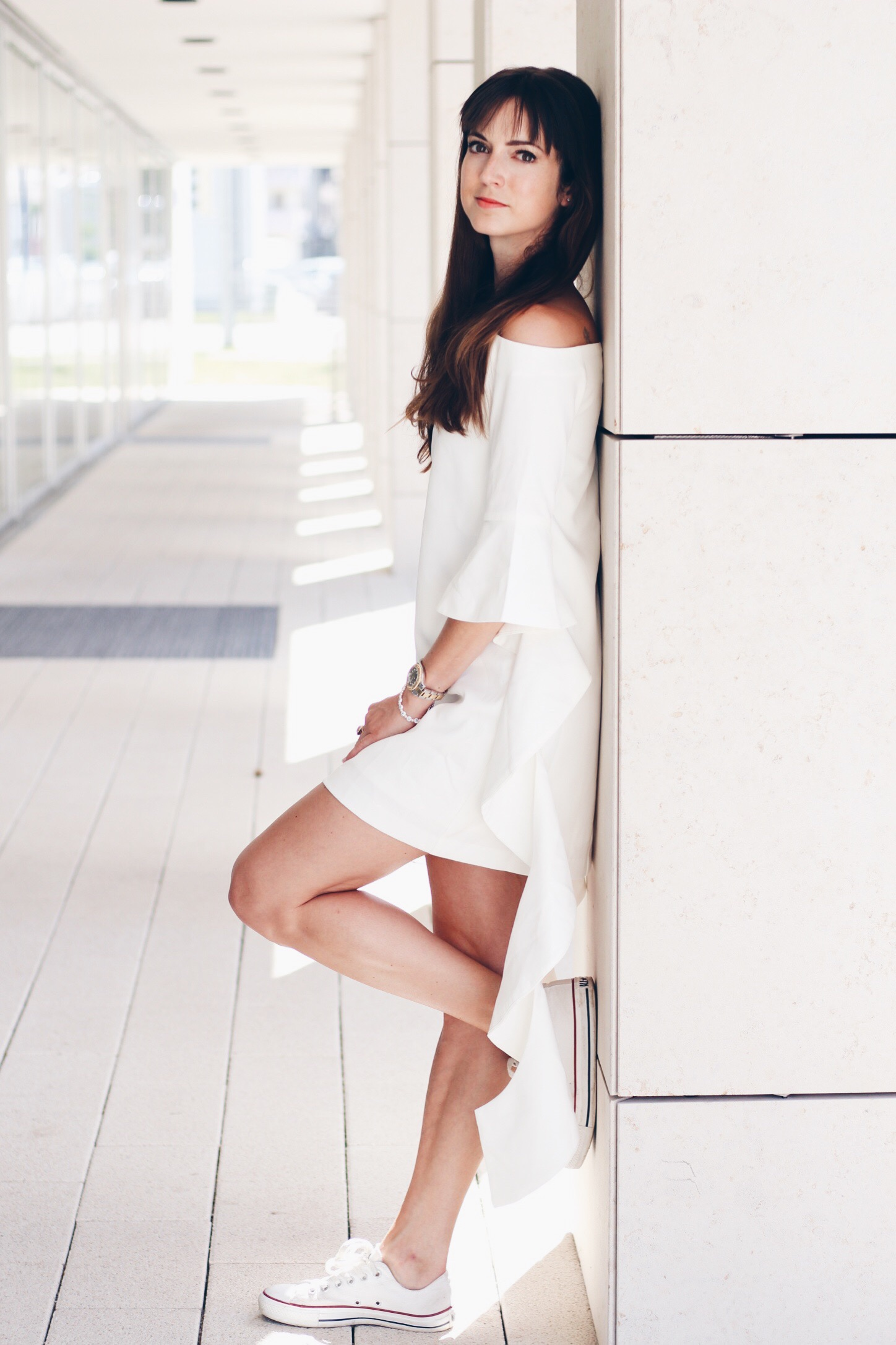 Volants Kleid mit Volantsärmeln von Asos für meinen Modeblog kombiniert mit Chuck und runder Ray Ban