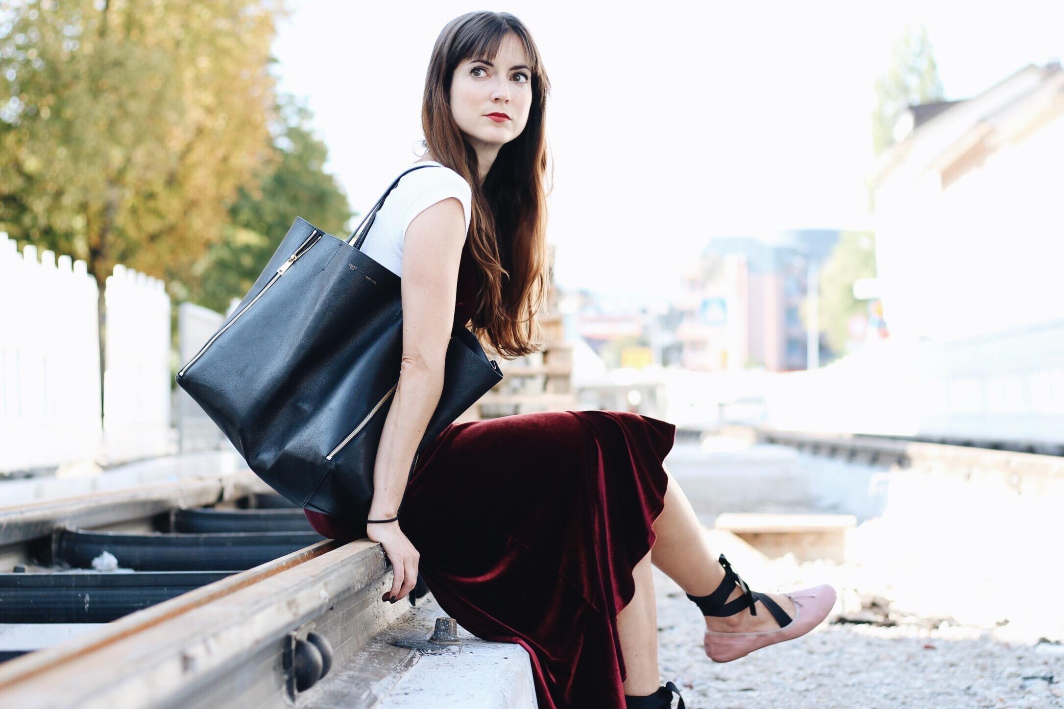 Samtkleid und Ballerinas kombiniert für meinen Modeblog