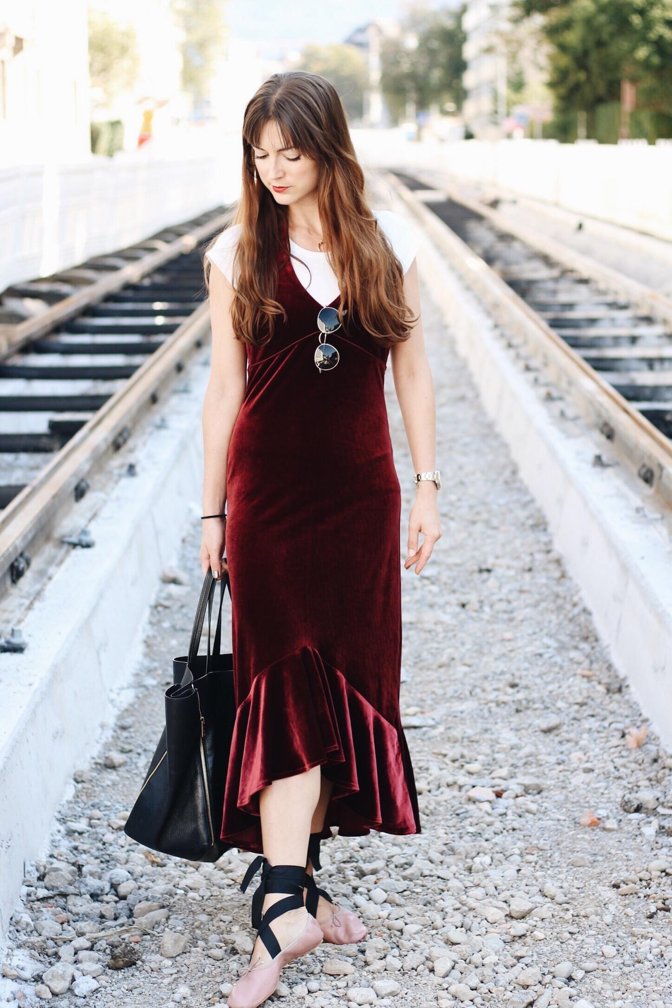 Der Samttrend heute auf meinem Modeblog ich trage Samtkleid und Ballerinas sowie Céline Cabas Bag