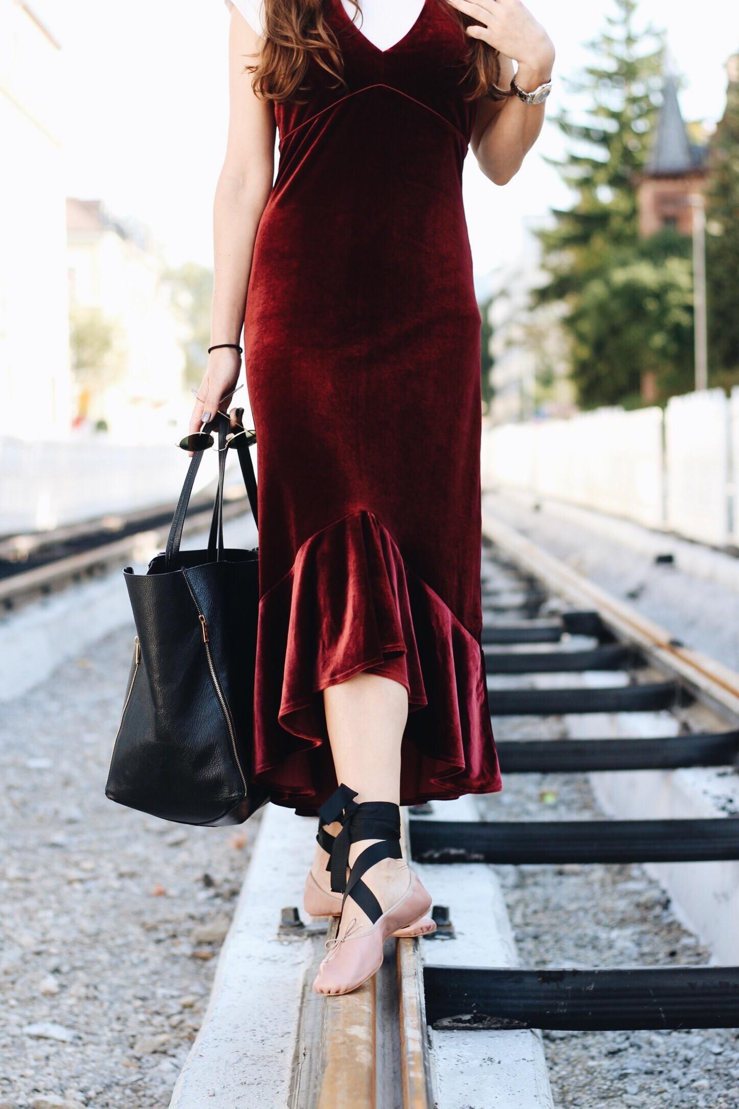 Mein Samtkleid kombiniert mit Ballerinas auf meinem Modeblog